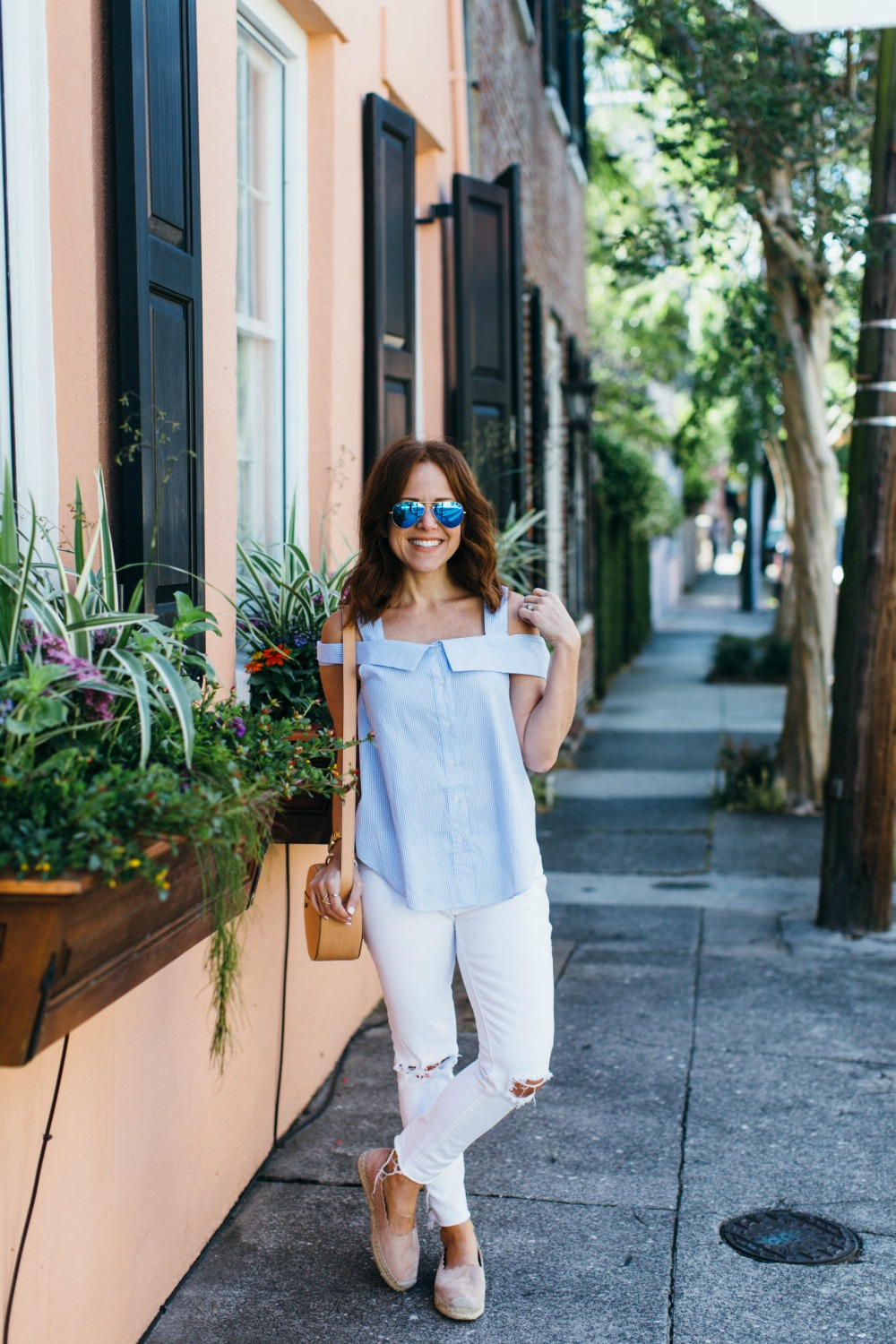 White denim in the streets of Charleston // the modern savvy, a life & style blog