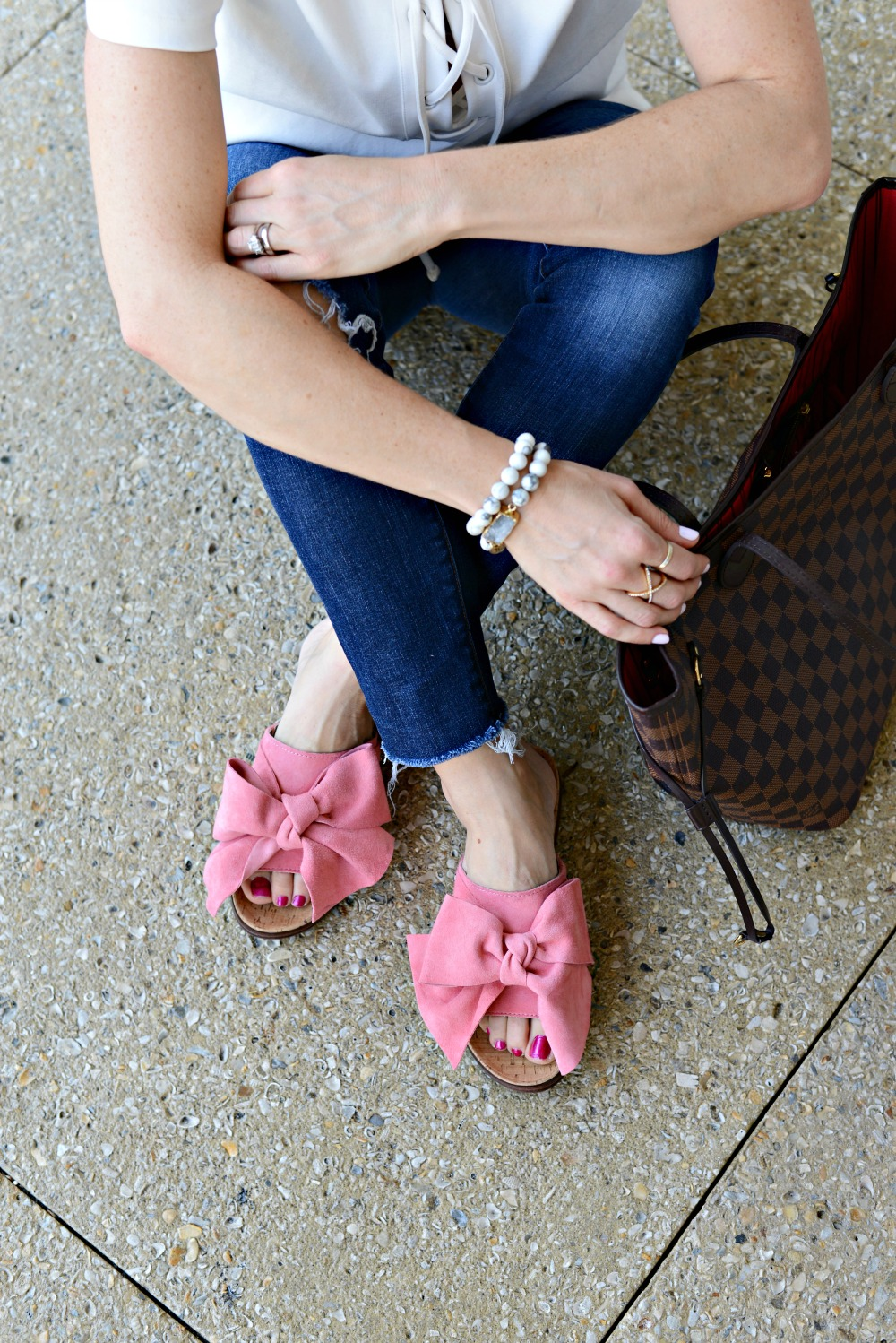 Obsessed with these pink bow slides (and the look-for-less!) for summer // the modern savvy