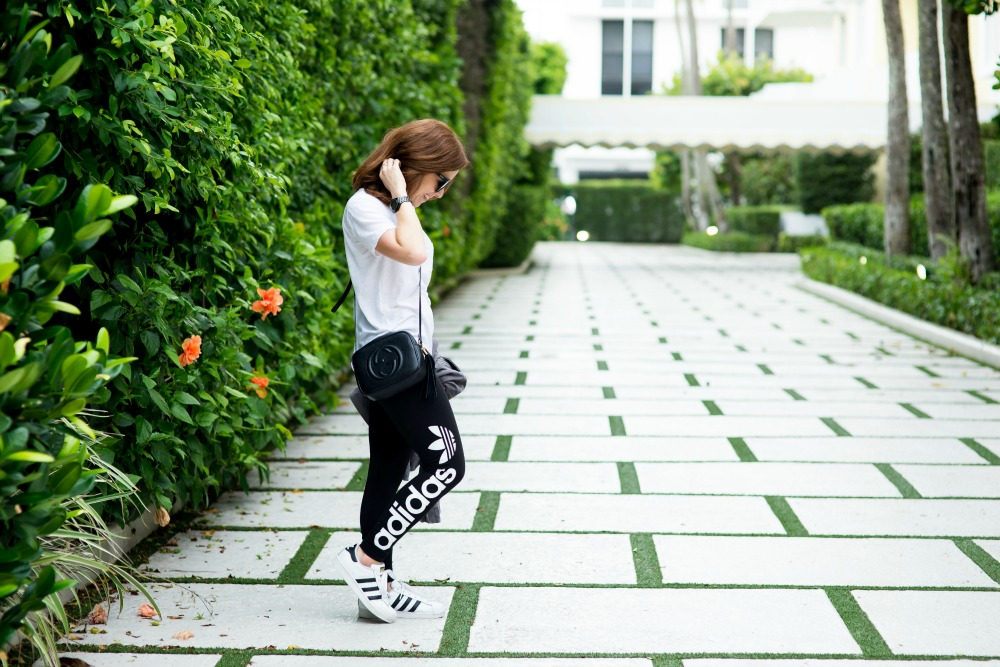 Casual outfit inspiration in adidas leggings and superstars