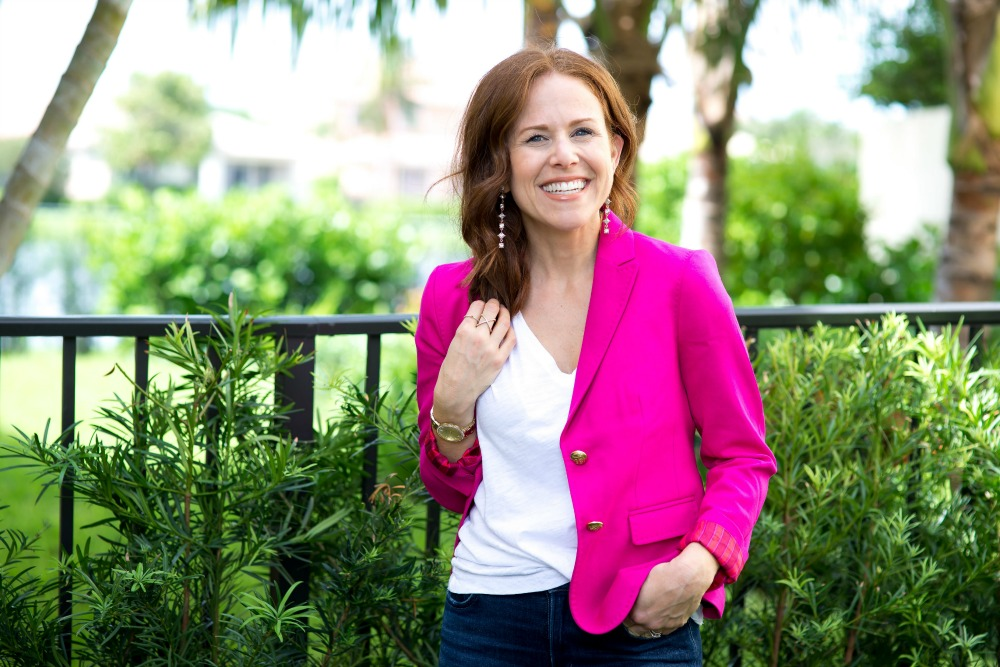 A fool-proof way to pull off a bright pink blazer (for work or weekend) // @themodernsavvy