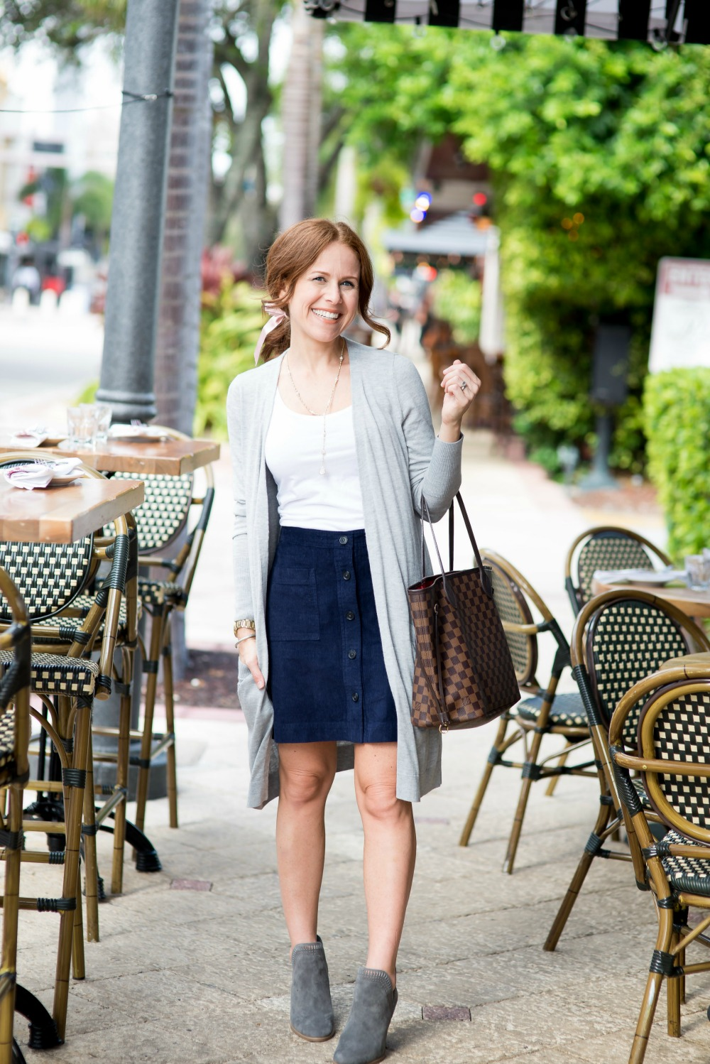 fall style: long cardigan with skirt and booties // @themodernsavvy
