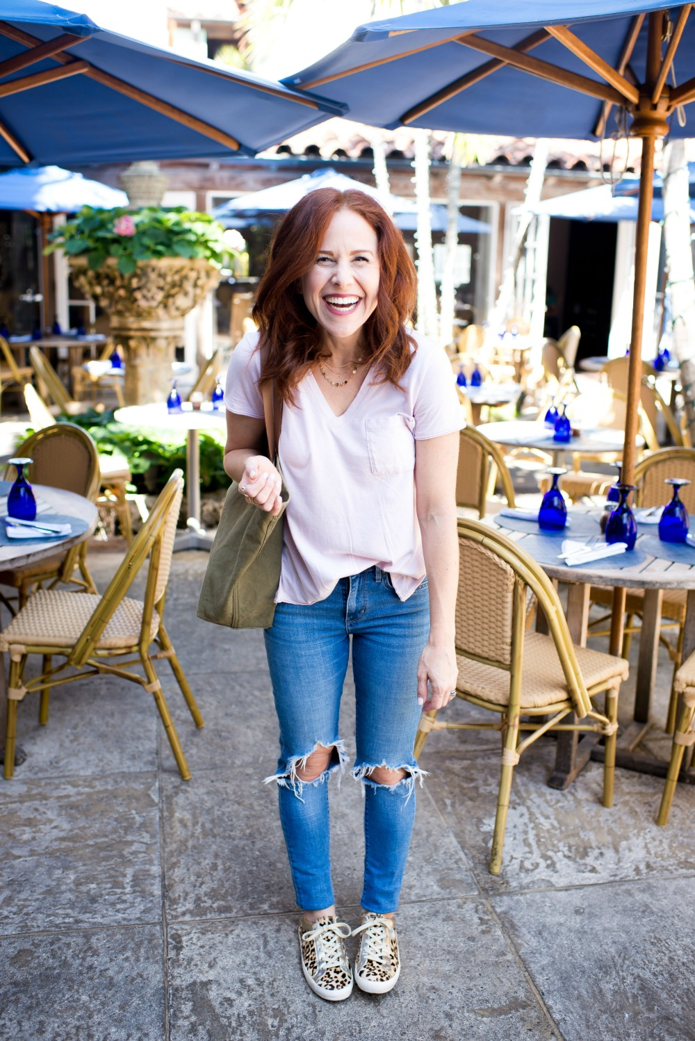 What to wear this weekend: tee, jeans & leopard sneakers // the modern savvy, a south florida life & style blog #momstyle #redhead #realoutfit