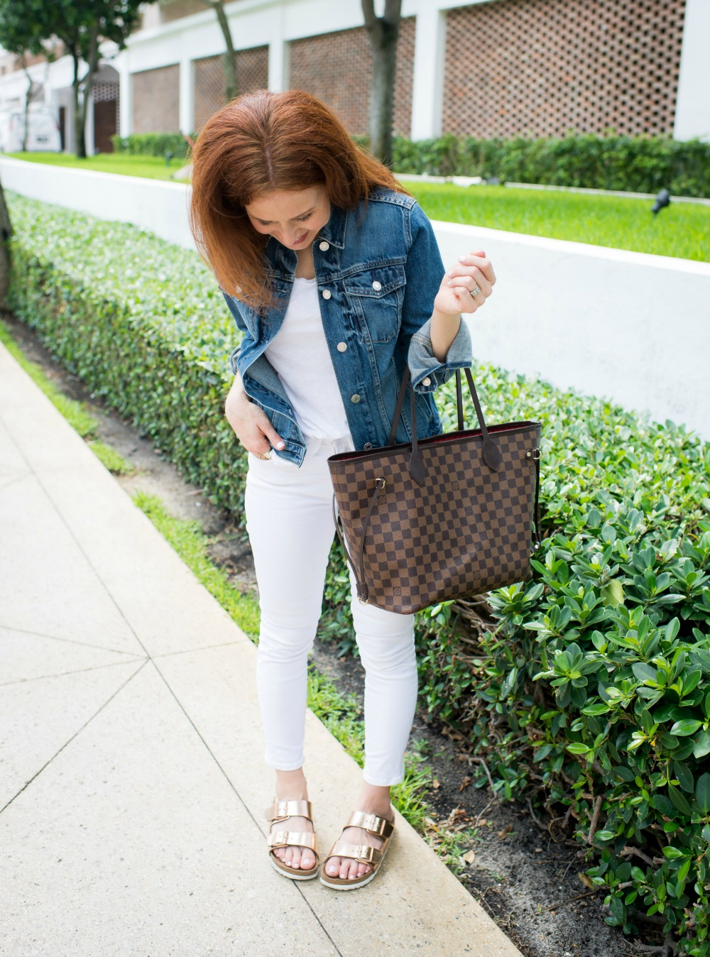 Five Super easy outfit ideas for white tee and white denim| How to Wear White Jeans & White Tee - outfit ideas featured by popular Florida style blogger, The Modern Savvy