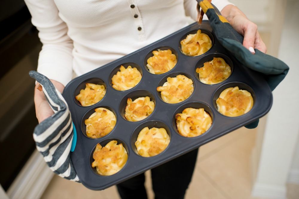 Mac & cheese muffins with havarti and cheddar | Recipes | How To | Dinner on the Go: Mac & Cheese Muffins featured by top Florida lifestyle blog The Modern Savvy